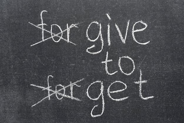 Perdona dimenticare trasformato nel dare per avere una frase sulla lavagna