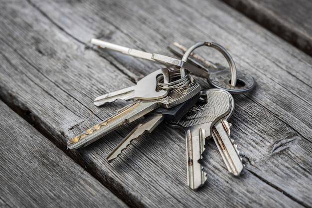 Le chiavi dimenticate giacciono su una panchina. non tornare a casa. foto di alta qualità