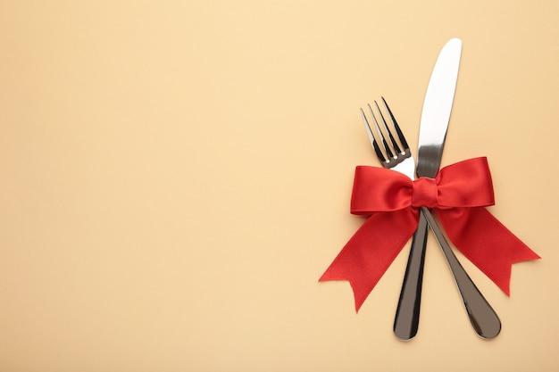 Forchetta e cucchiaio con nastro rosso