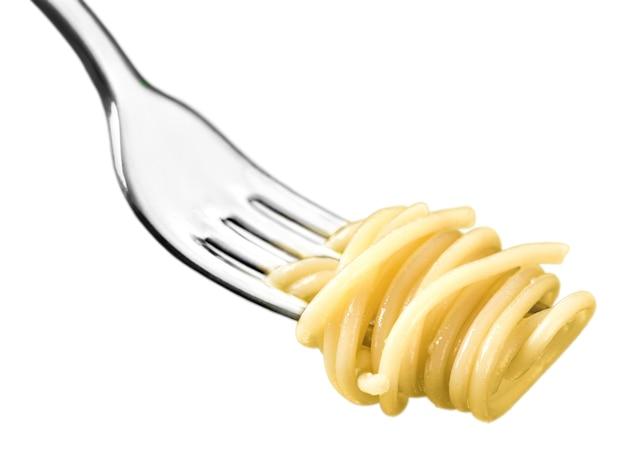 Forchetta con solo spaghetti intorno su sfondo