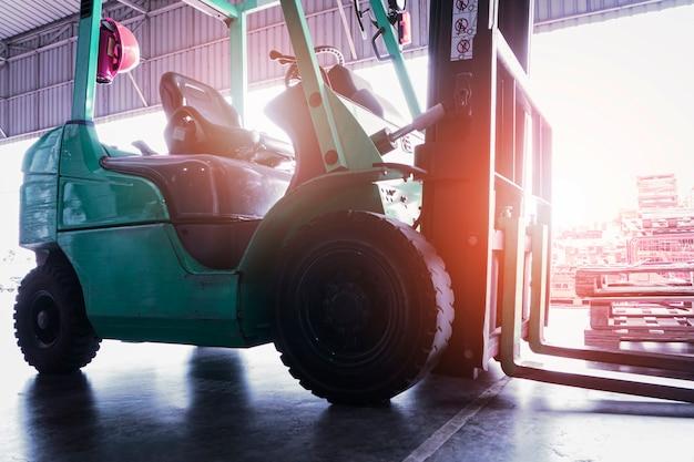 Caricatore del trattore del carrello elevatore nel magazzino