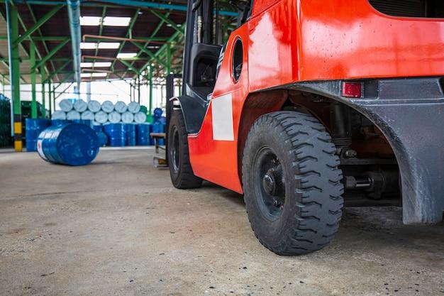La ruota del carrello elevatore solleva i fusti di sostanze chimiche fusti di petrolio fusti di sostanze chimiche blu impilati orizzontalmente