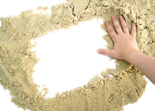 Forma un quadrato di sabbia con la mano isolata per il testo