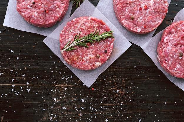 La formazione di carne macinata per grigliare hamburger