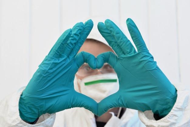Formare un cuore con le mani guantate davanti al viso