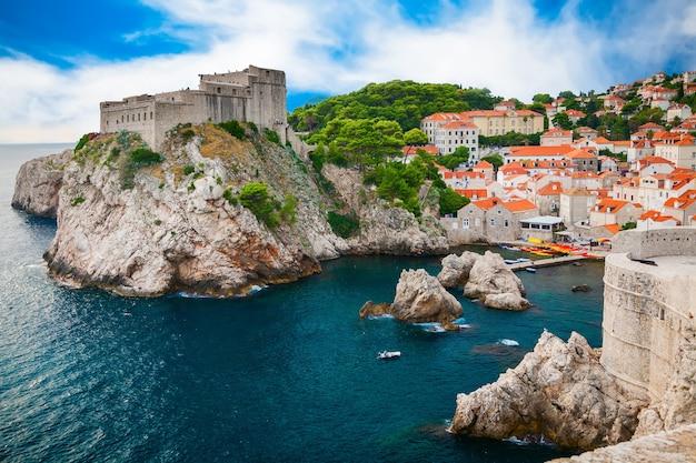 Fort lovrijenac e la parte della città vecchia di dubrovnik, croazia