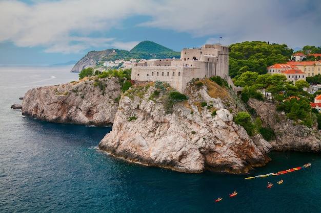 Fort lovrijenac o fortezza di san lorenzo al di fuori del muro occidentale della città di dubrovnik in croazia
