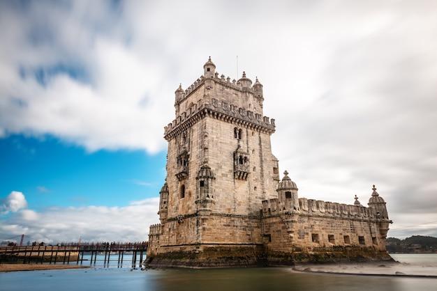 Torre di belem fortificata in una giornata invernale nuvolosa