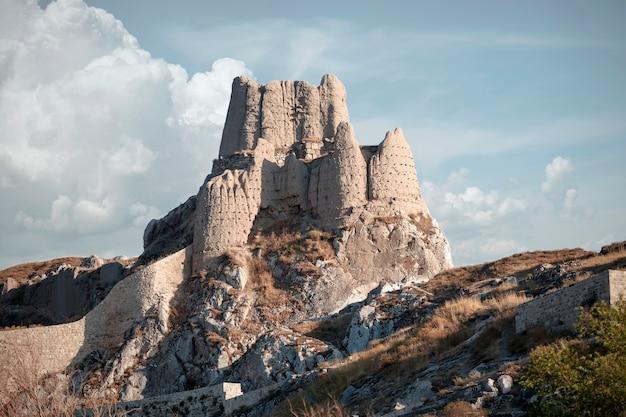 La fortezza di van, anche van kalesi, è un'imponente fortificazione in pietra costruita dall'antico regno di urartu tra il ix e il vii secolo a.c. ed è il più grande esempio del suo genere. van, turchia