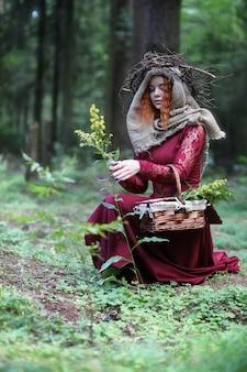 L'indovino conduce un rituale nelle profondità della foresta