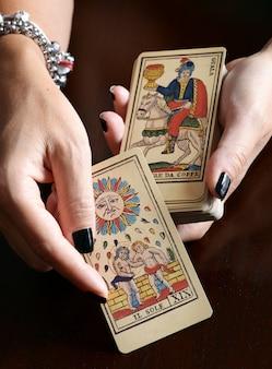 Cartomante che mostra le carte di tarocchi d'annata