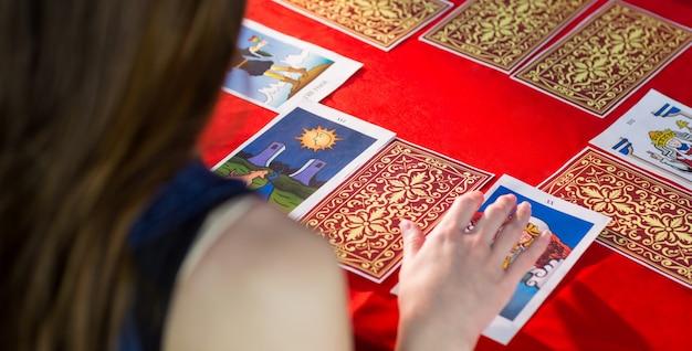 Cartomante che usa le carte dei tarocchi Foto Premium