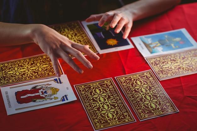 Cartomante che usa le carte dei tarocchi