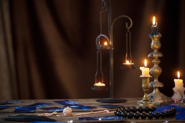 Cartoline di fortuna e candele accese su un tavolo di legno