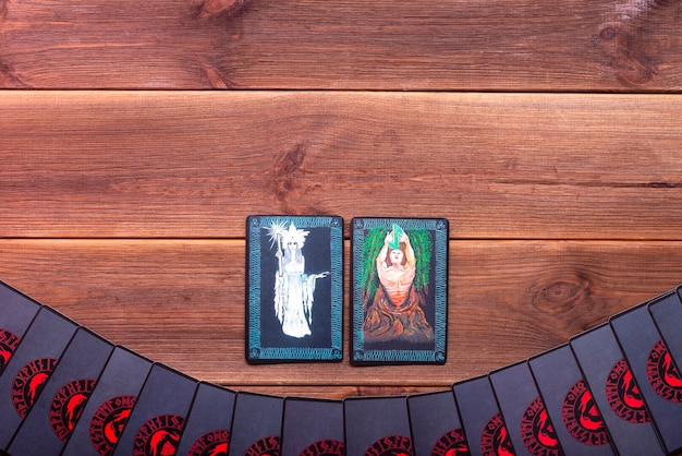 Carte di predizione della fortuna su un tavolo di legno con posto per il testo. concetto di divinazione, carte dei tarocchi, sensitivo.
