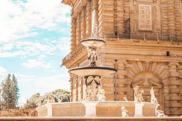 Fontana nel giardino di boboli, firenze, italia. famosi monumenti architettonici.