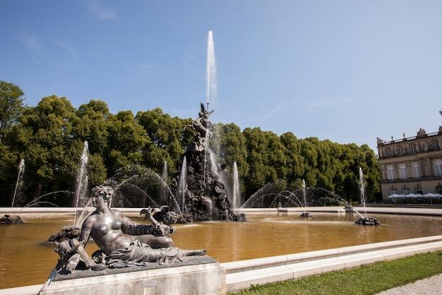 Fontana nei giardini del castello, isola di insel herrenchiemsee, lago chiemsee, baviera, germania