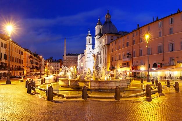 La fontana del nettuno sulla famosa piazza navona di notte, roma, italia.
