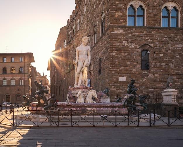 Fontana del nettuno all'alba sulla piazza vuota, firenze, italia