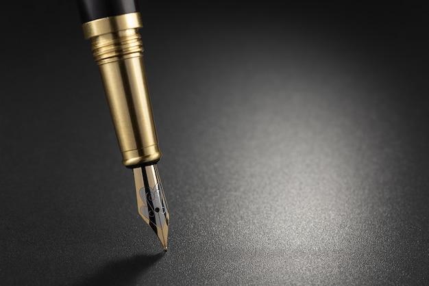 Penna stilografica su uno sfondo scuro