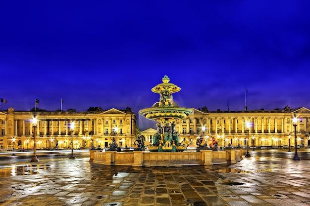 Fontana a place de la concord a parigi al tramonto. francia.
