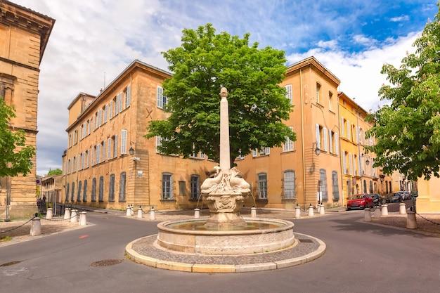 Fontana e piazza di quatre-dauphins nel cuore del quartiere mazzarino, aix-en-provence, provenza, francia meridionale