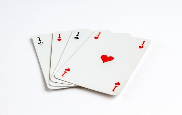 Quattro assi che giocano gioco di carte isolato su priorità bassa bianca.