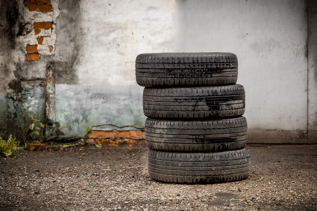 Quattro pneumatici per auto, montaggio pneumatici, pneumatici estivi