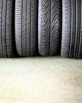 Quattro pneumatici per auto con battistrada diverso
