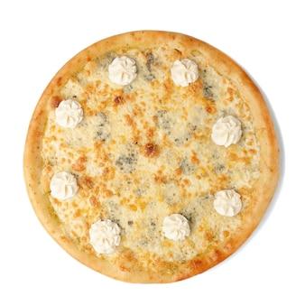 Pizza ai quattro formaggi. la composizione prevede quattro tipologie di formaggio: dor blu, parmigiano, mozzarella e formaggio cremoso. vista dall'alto. sfondo bianco. isolato.