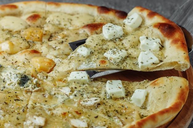 Pizza ai quattro formaggi, pizza italiana. pizza farcita con quattro varietà di formaggio.