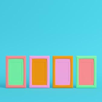 Quattro cornici vuote colorate su sfondo blu brillante