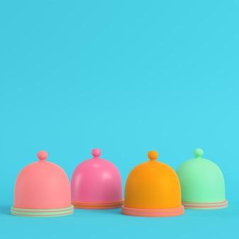 Quattro piatti colorati con cupola su sfondo blu brillante