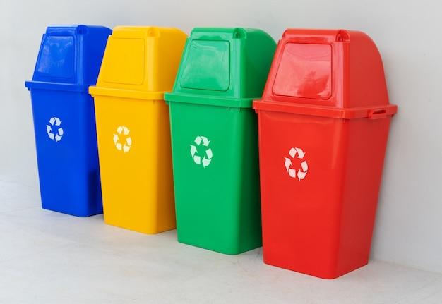 Quattro cestini colorati
