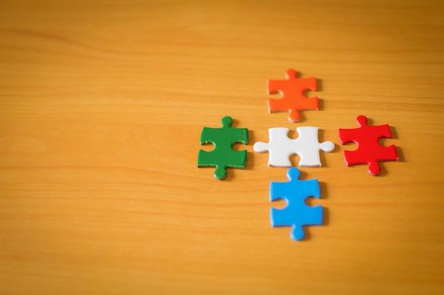 Quattro coppie di pezzi del puzzle