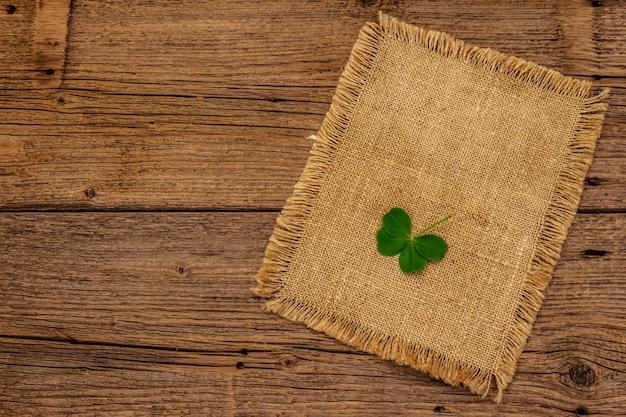 Quadrifoglio, pianta fresca su tela di sacco. simbolo di buona fortuna, concetto di san patrizio