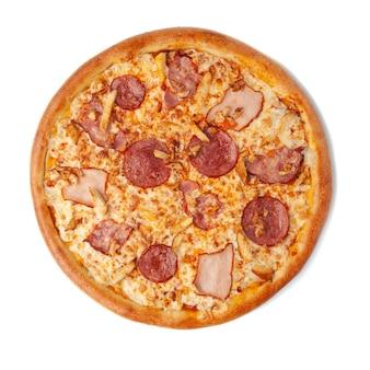 Pizza quattro carni. la composizione comprende quattro tipi di carne: carbonade, pollo, cervelat, pancetta. mozzarella e salsa di pomodoro. vista dall'alto. sfondo bianco. isolato.