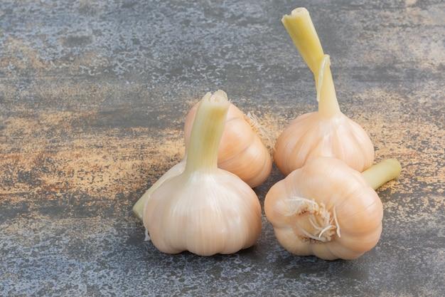 Quattro conserve di aglio.