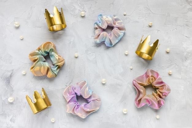 Quattro elastici alla moda, corone d'oro, perle