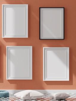 Quattro cornici bianche verticali sulla parete arancione