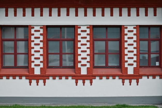 Quattro finestre di fila decorazione della facciata dell'edificio con ornamento rosso decorazione della casa in stile asiatico