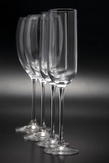 Quattro bicchieri di vino su un primo piano scuro