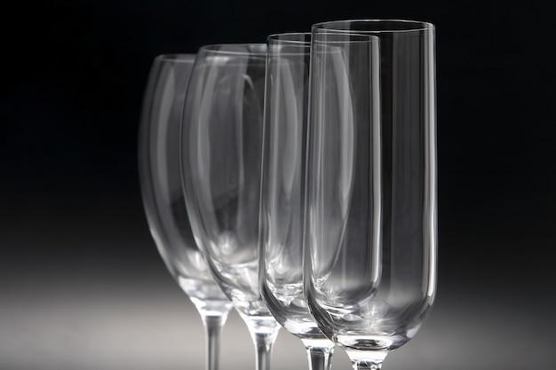 Quattro bicchieri di vino su un buio