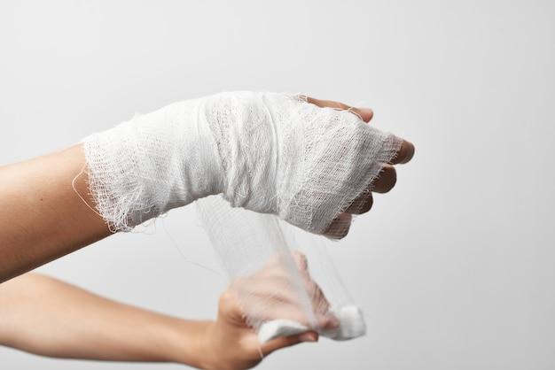Primo piano del calco in gesso della medicina di ferita del braccio di frattura foto di alta qualità