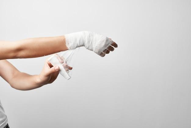 Primo piano del calco in gesso della medicina di ferita del braccio di frattura
