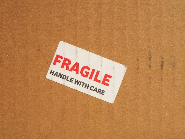 Maniglia fragile con segno di cura