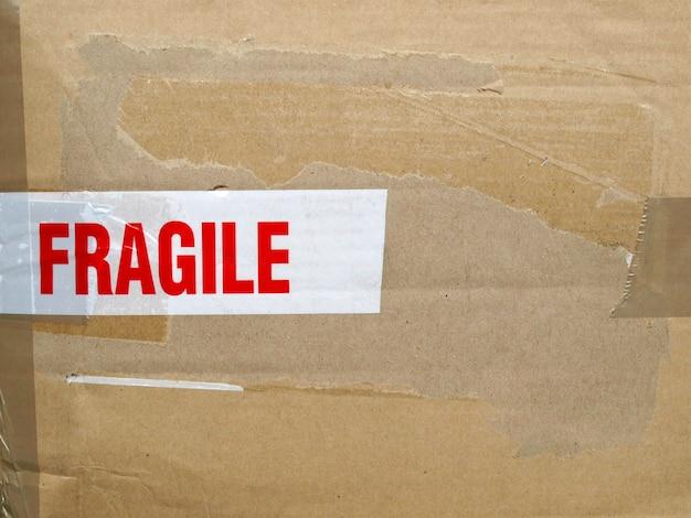 Etichetta fragile isolata su bianco