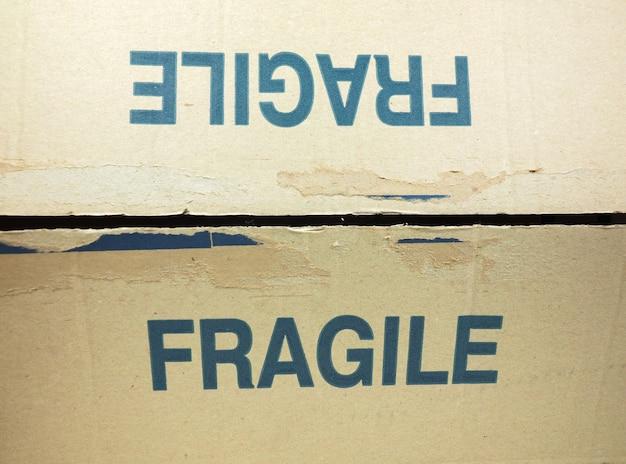 Etichetta fragile sulla confezione