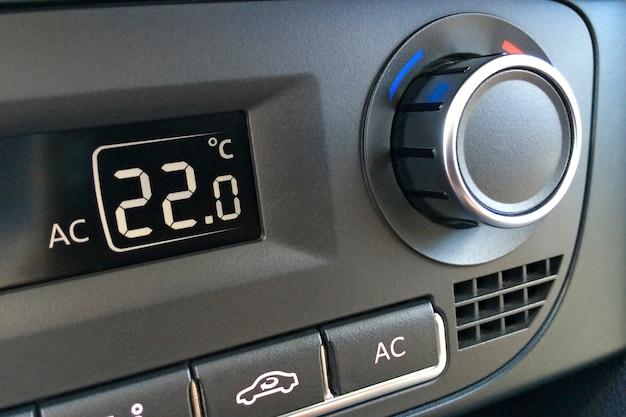 Frammento del pannello di controllo dell'aria condizionata in un primo piano di un'auto moderna