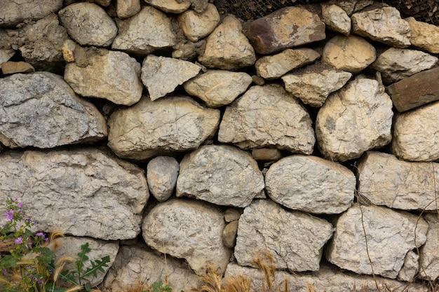 Frammento dell'antico muro in muratura della casa.
